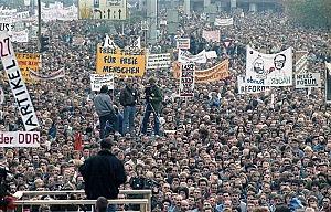 Berlin&#044; Demonstration am 4. November<br><br>Quelle: Deutsches Bundesarchiv / Bild 183-1989-1104-437&#044; Urheber: Settnik&#044; Bernd